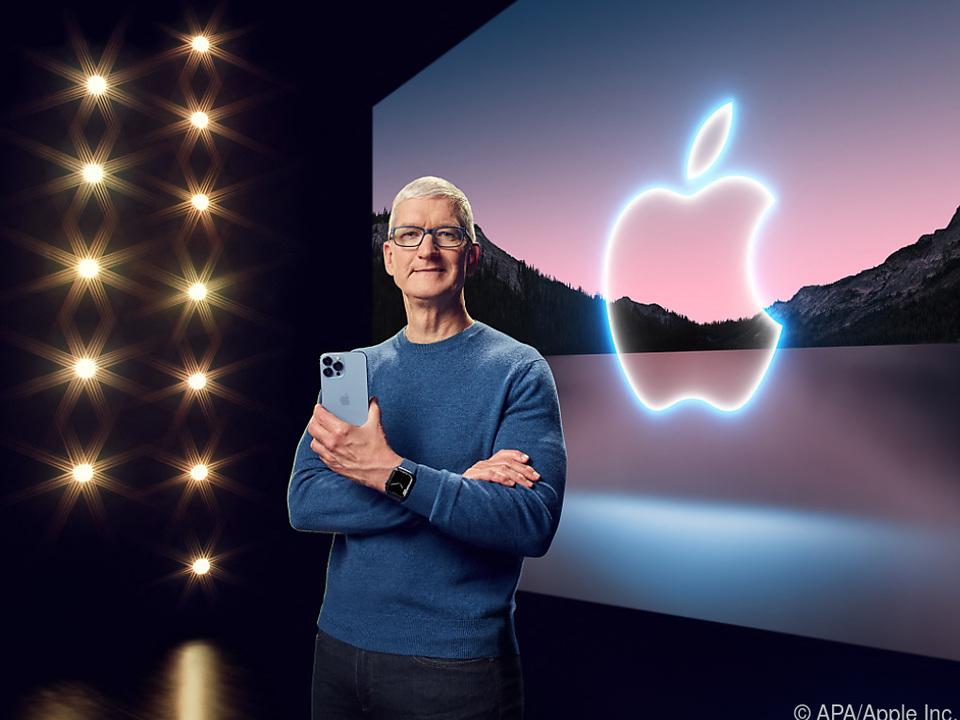 Apple-Chef Tim Cook mit dem iPhone 13 Pro Max