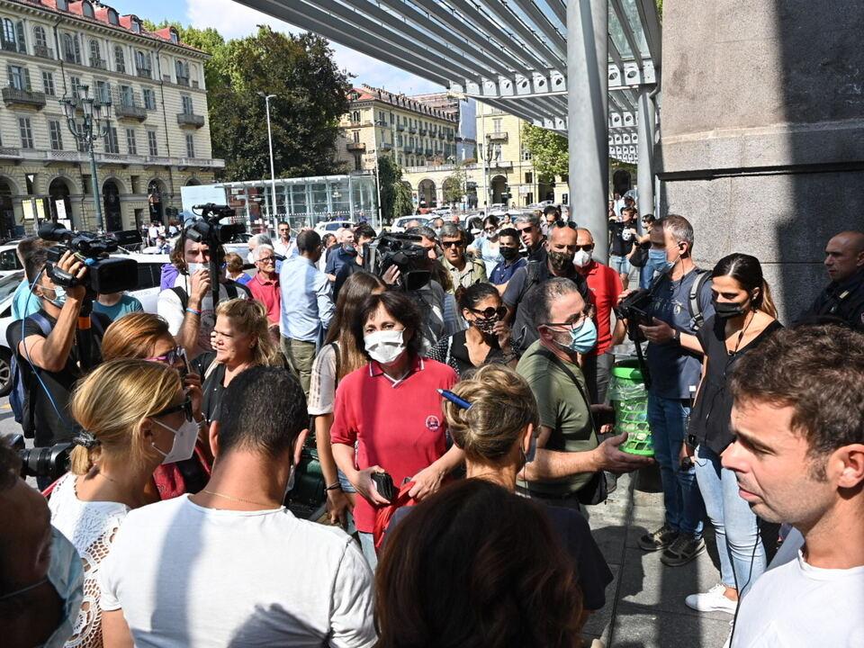 La manifestazione attivista \'No Vax\' e \'No Green Pass\' organizzata davanti alla stazione porta nuova,Torino, 1 settembre 2021 athesiadruck2_20210901204029739_178bca1e0f07089d484bda88f72d8121