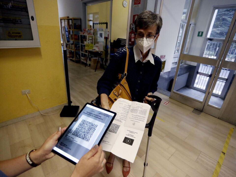 Controlli dei green pass ai professori il primo giorno di scuola al liceo scientifico Alessandro Volta a Milano, 13 settembre 2021.athesiadruck2_20210915184732869_024b5bb0a78c0b485fbee44c178c1176