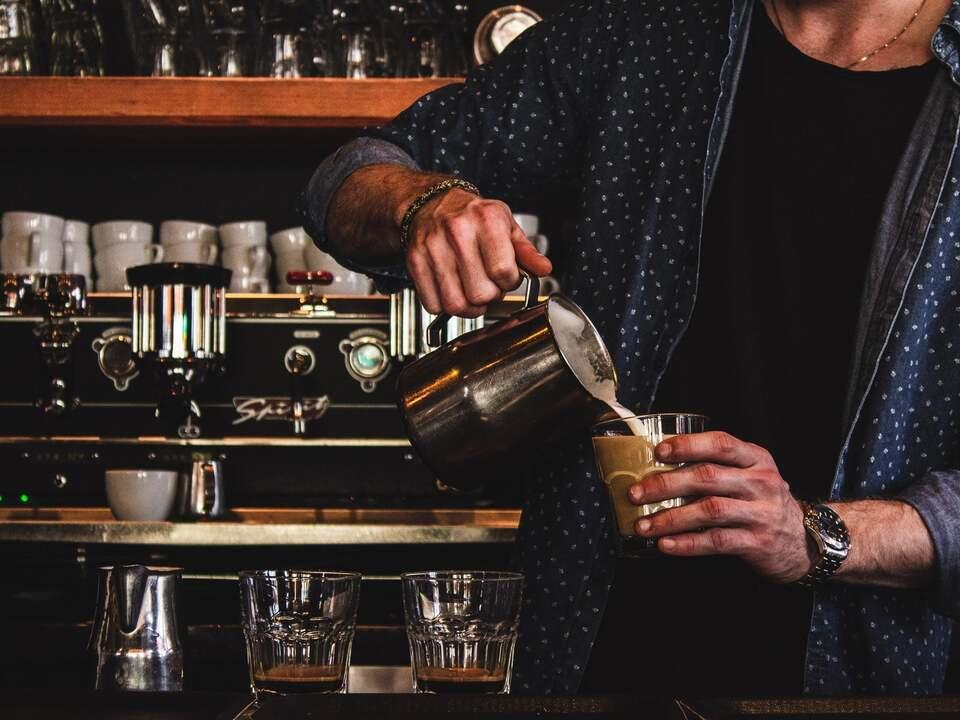 Bar Kellner louis-hansel-e96ST3p7tn4-unsplash
