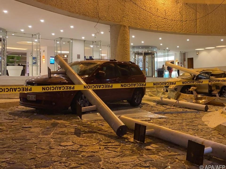Beschädigtes Auto vor einem Hotel in Acapulco