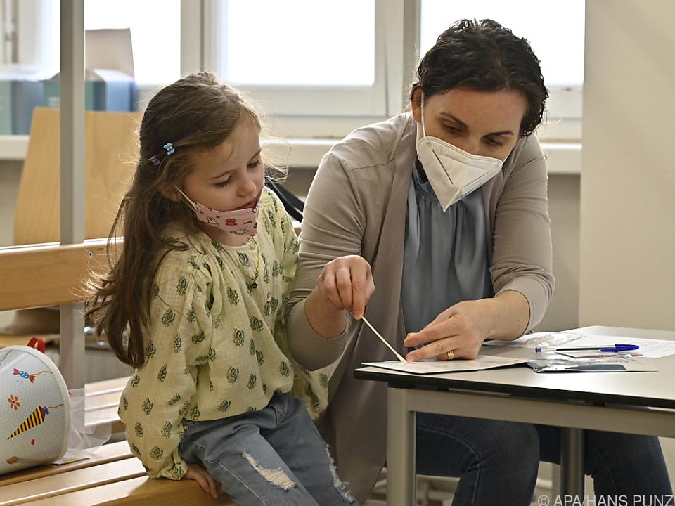 Das Testen wird wohl noch länger zum Schulalltag gehören.