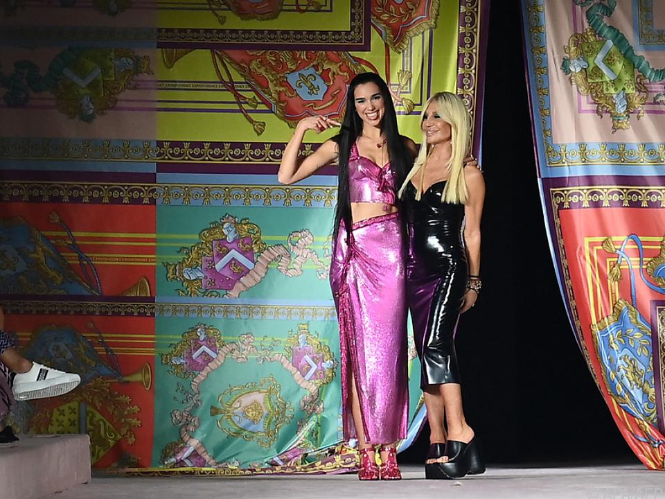 Dua Lipa gemeinsam mit Donatella Versace