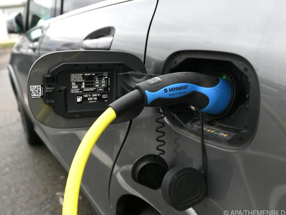 Elektroauto beim Aufladen an einer E-Tankstelle