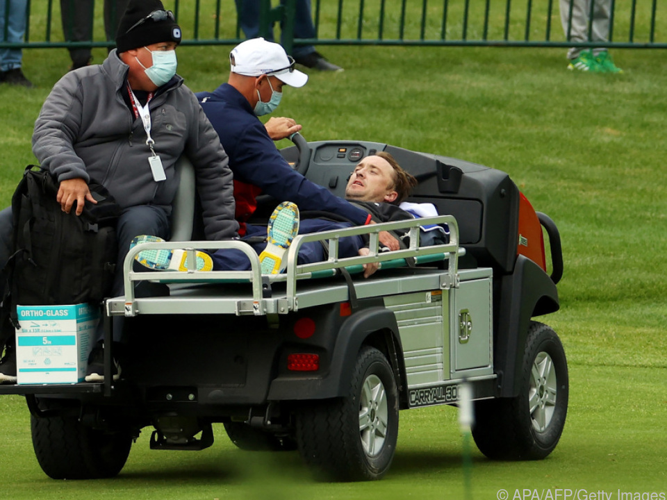 Felton wurde mit einem Golfwagen abtransportiert