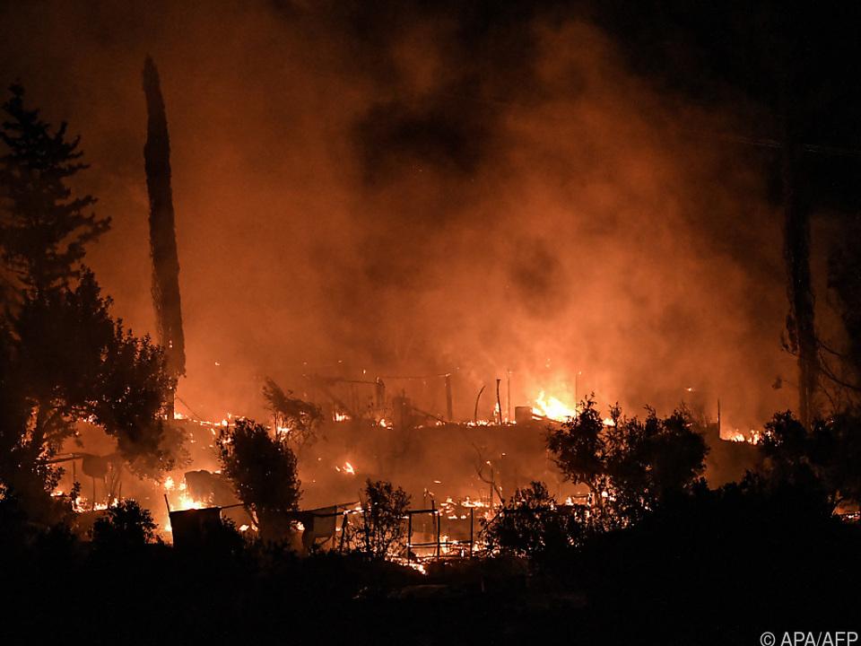 Flammen wüten in improvisiertem Flüchtlingslager auf Samos