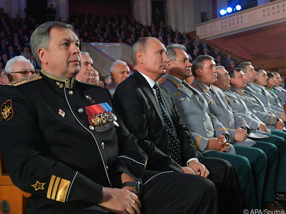 Igor Kostjukow (links vorne) leitet den russischen Militärgeheimdienst