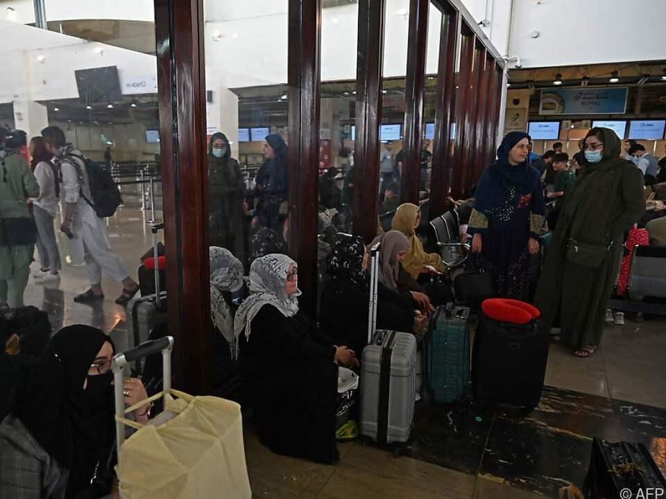 Menschen warten am Donnerstag am Kabuler Flughafen auf ihre Ausreise