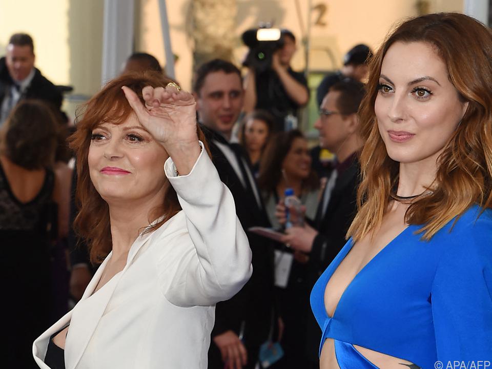Mutter und Tochter werden gemeinsam vor der Kamera stehen