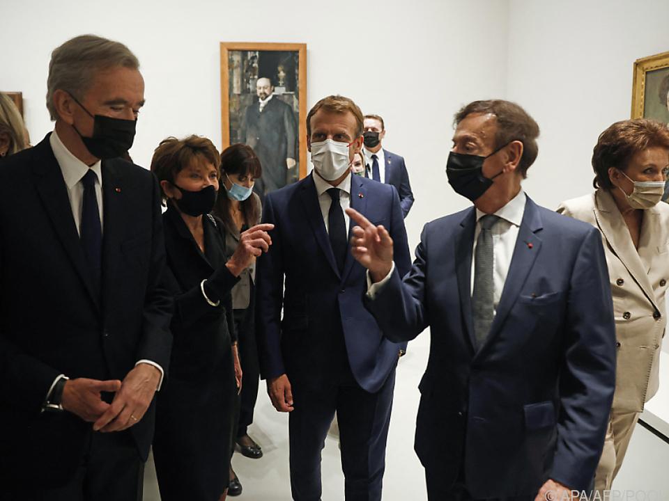 Präsident Macron bei der Ausstellungseröffnung
