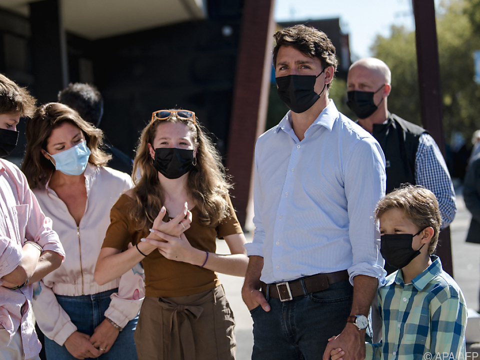 Premier Trudeau mit seiner Familie vor dem Wahllokal  in Montreal