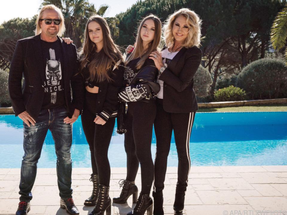 Robert (l.) und Carmen Geiss (r.) mit ihren Töchtern Davina und Shania (2.v.r.)