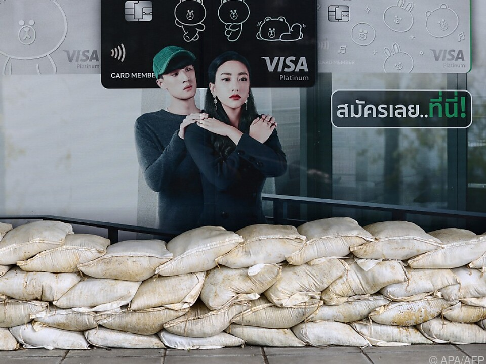 Sandsäcke sollen Gebäude in Thailand vor Überschwemmungen schützen
