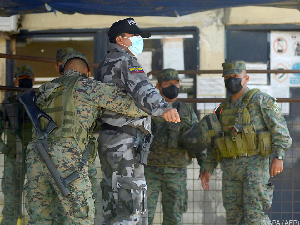 Soldaten im Einsatz vor einem Gefängnis in Ecuador