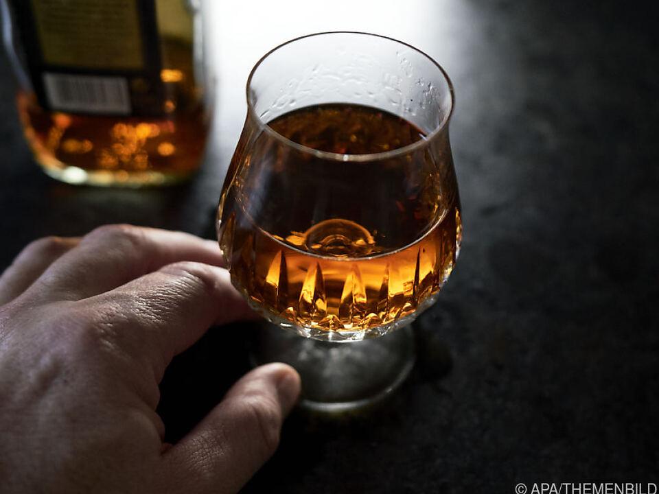 alkohol whiskey Spirituosen auf zwei Flaschen pro Person und Tag beschränkt