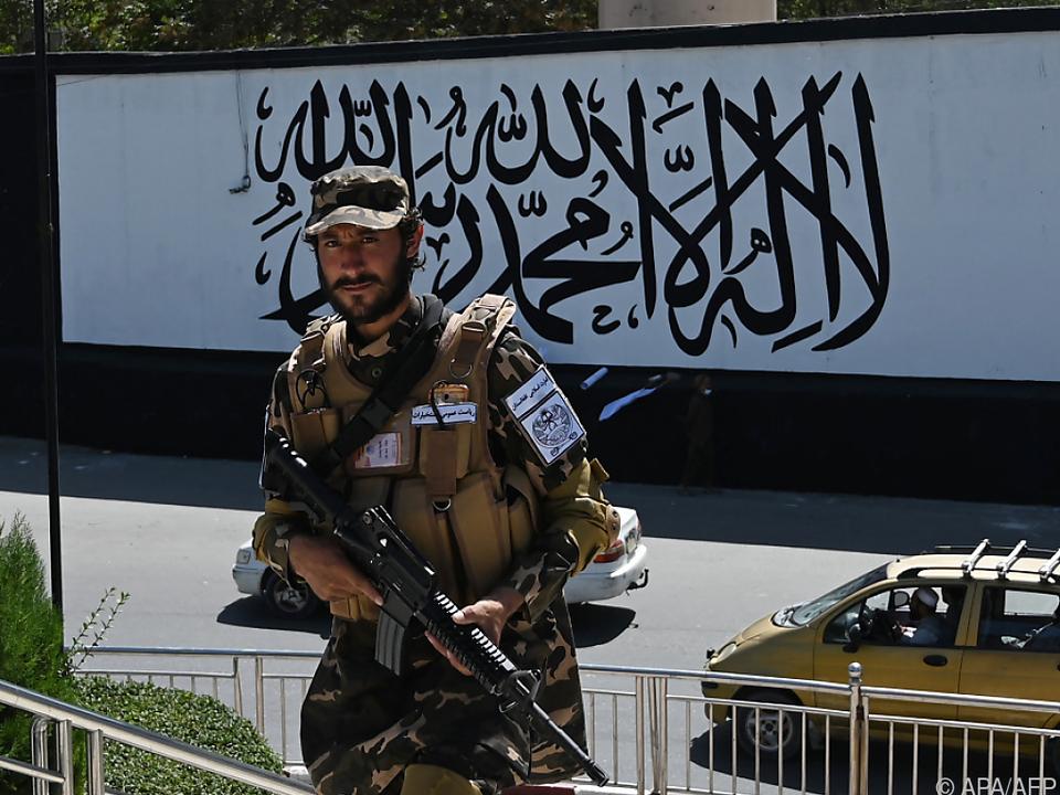 Taliban-Kämpfer vor der US-Botschaft in Kabul