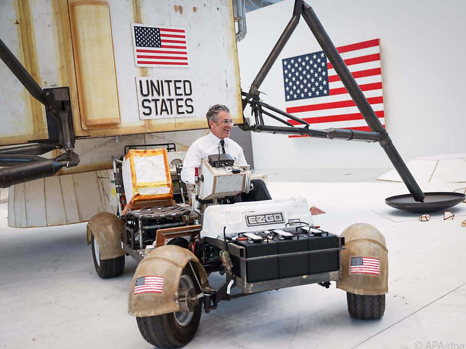 US-Künstler Tom Sachs sitzt in einem Mondfahrzeug