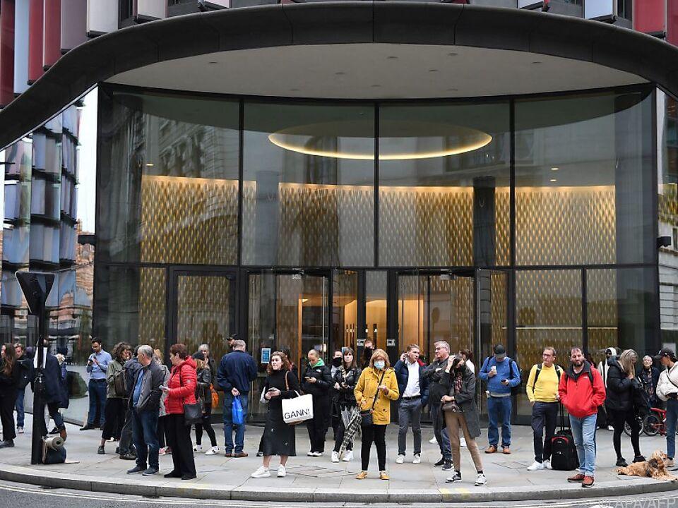 Vor dem Gericht warteten Viele auf den Urteilsspruch