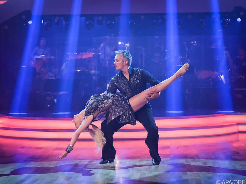 Zehn Promis tanzen im Ballroom um die Wette
