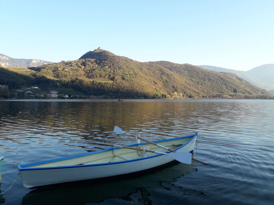Kalterer See: Fünf Nächte lang werden ab Montag, 11. Oktober Netze für die Bestandserhebung ausgelegt. Das Landesamt für Jagd und Fischerei rät vom Nachtbaden ab. (20181118_KaltererSee2_GST