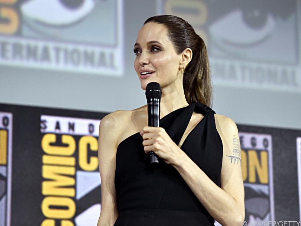 Angelina Jolie als Kämpferin in goldglänzender Rüstung zu sehen