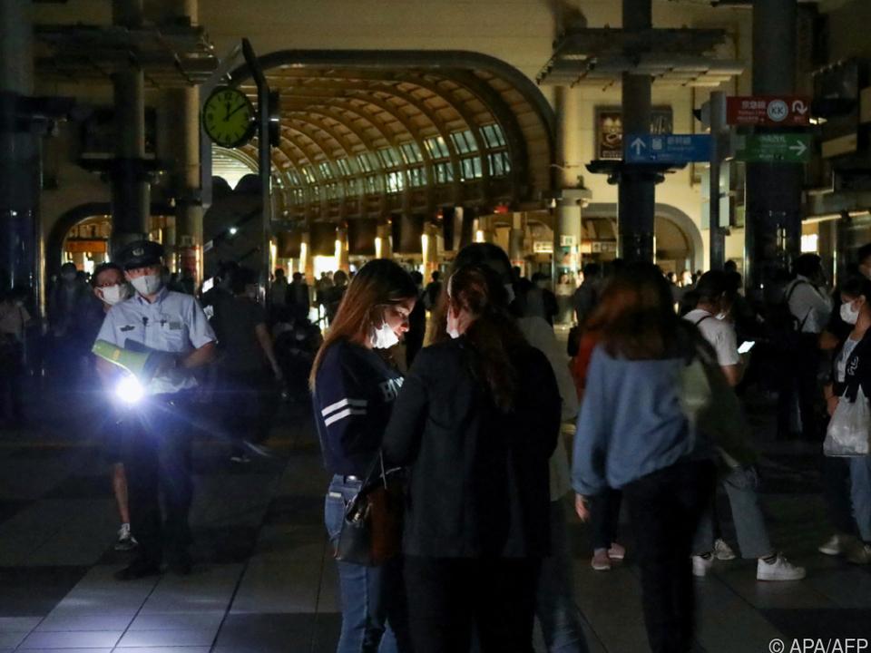Gestrandete Menschen am Bahnhof Shinagawa