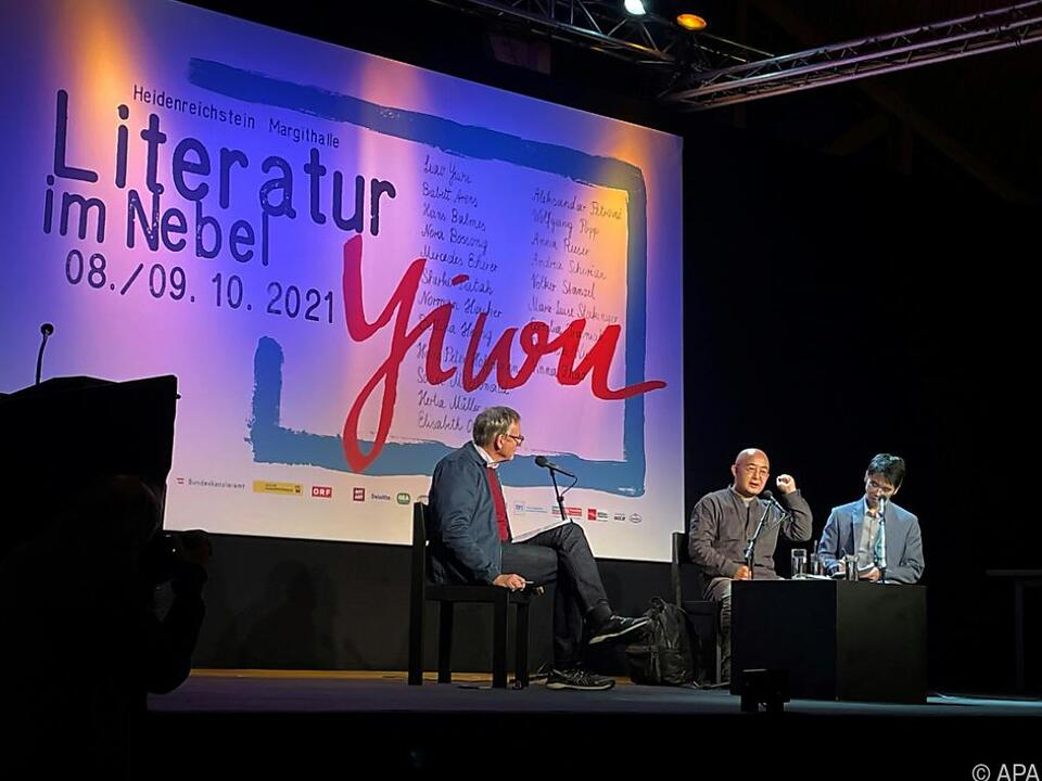 Liao Yiwu (Mitte) im Gespräch mit Hans Balmes (li.) bei \