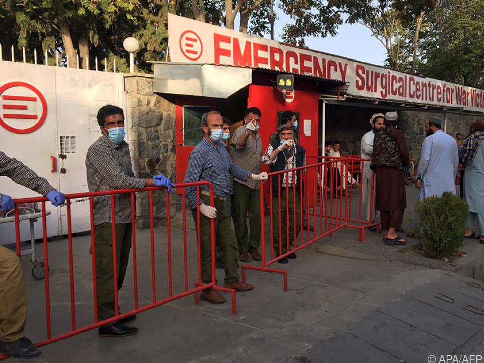 Medizinisches Personal wartet auf die Ankunft der Verletzten