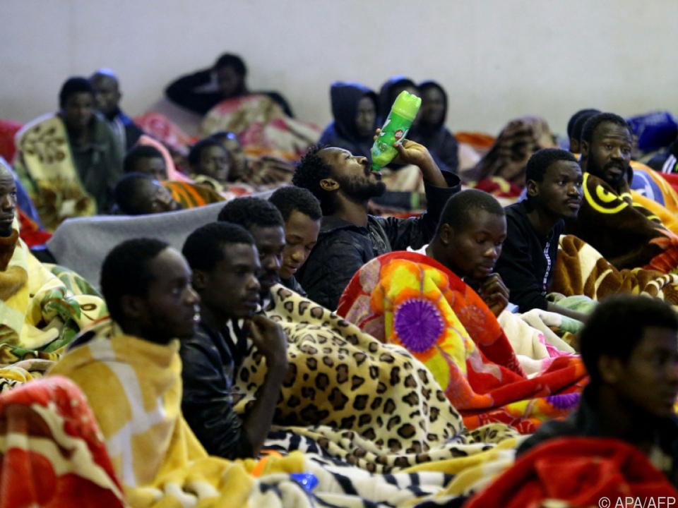Migranten in einem Flüchtlingslager in Tripolis (Archivbild)