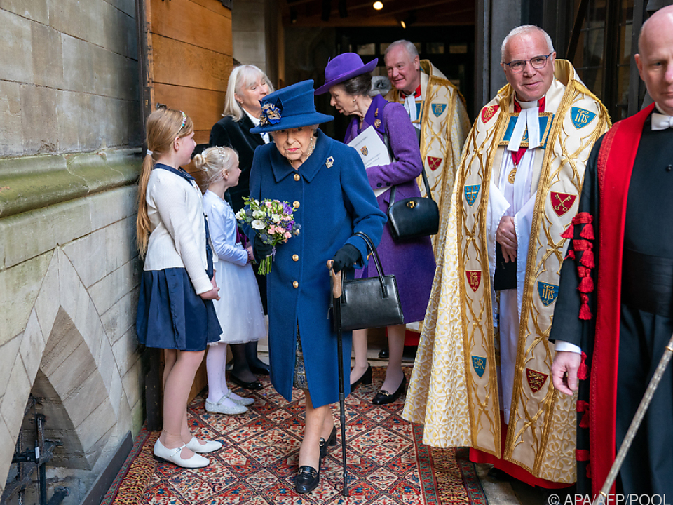 Queen Elizabeth mit Gehstock in Westminster Abbey
