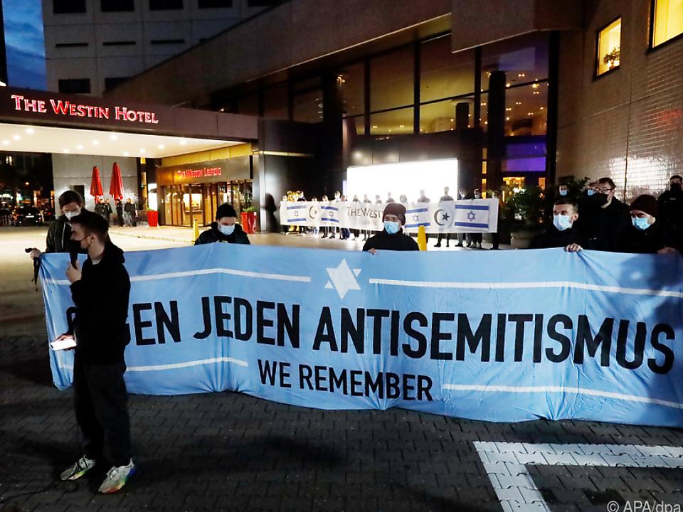 Zahlreiche Menschen versammelten sich vor dem Hotel